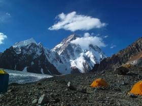 campo-base-del-broad-peak-4950-mt-tra-le-nuvole-il-k2